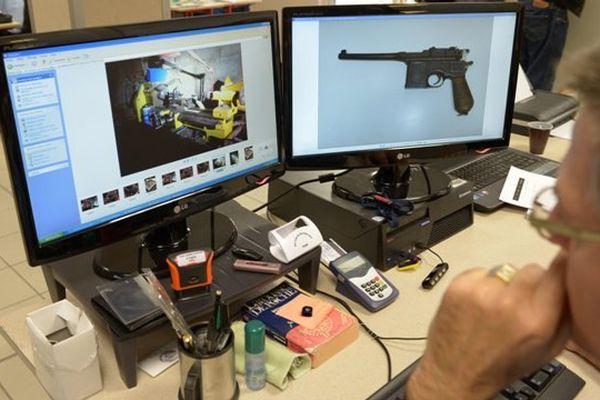"""02/12/13 - La cellule nationale d'enquête """"Armes 52"""" dans les locaux de la gendarmerie de Reims"""