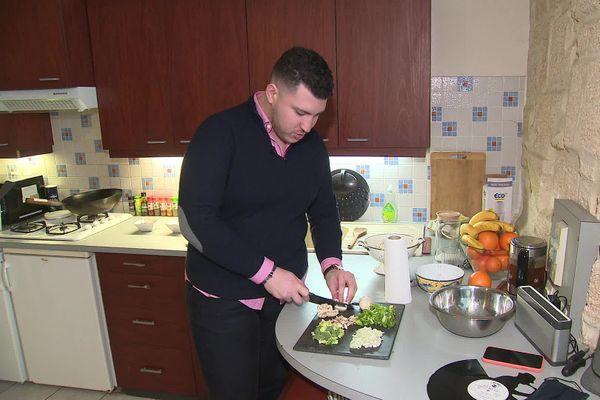 Tarik cuisine surtout des spécialités exotiques ou orientales, ici un ramen asiatique qu'il va cuire au wok.