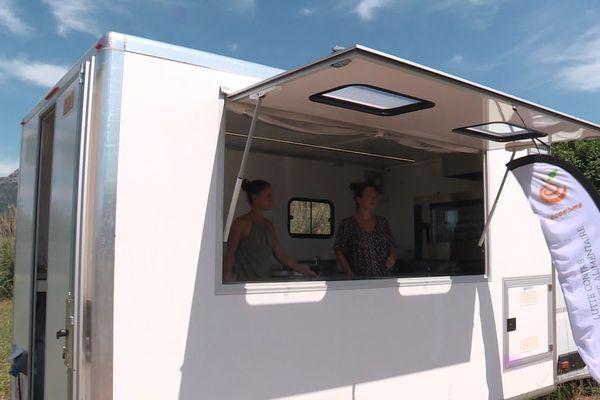 La conserverie itinérante de Julie et Faustine installée dans une exploitation de La Garde dans le Var;