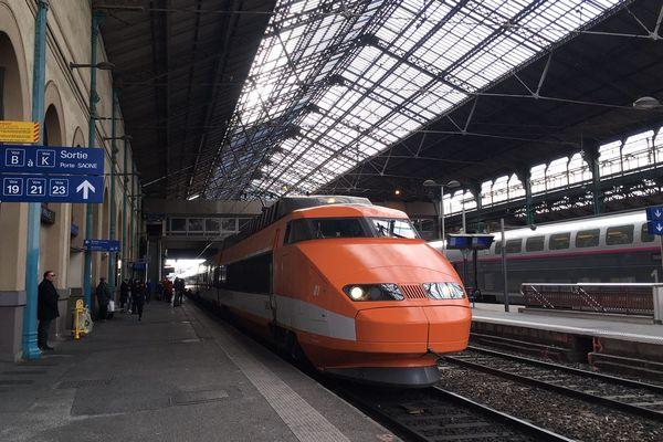 """Le tout premier TGV français, surnommé """"Patrick"""", est à quai en gare de Lyon Perrache, les 7 et 8 mars pour sa tournée d'adieu au public; toutes les places ont été distribuées en un temps record."""