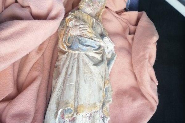 Détails de la statue dans la voiture qui la ramène vers son lieu d'origine.