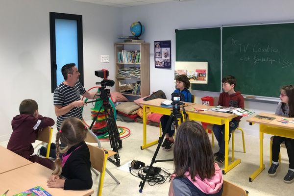 Tv Loustics en tournage  avec les CE1-CE2 de l'école d'Alexain (Mayenne)