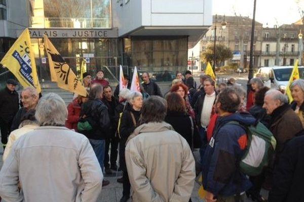 Les militants de Strop Uranium devant le tribunal de Narbonne 20 février 2014