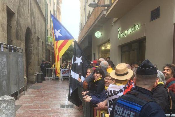 Devant la mairie de Perpignan, ils étaient nombreux pour venir soutenir le leader catalan