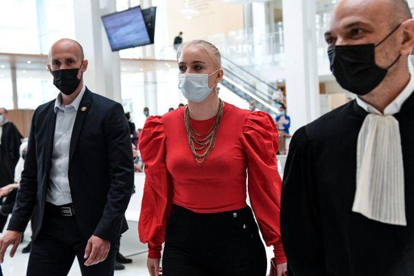 L'adolescente iséroise Mila au palais de justice de Paris le 3 juin 2021 lors du procès de 13 personnes pour cyberharcèlement.