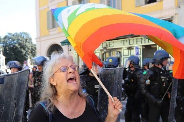 La militante Geneviève Legay, entourée par les policiers lors de la manifestation interdite du 23 mars.
