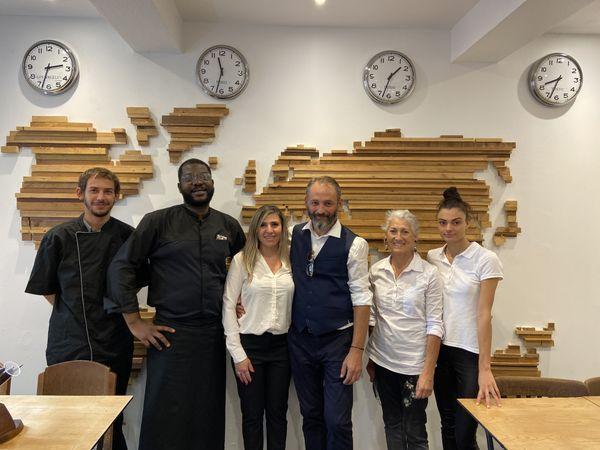 """Toute l'équipe du restaurant """"L'Aérogare"""" situé à Saint-Sulpice-la-Pointe"""