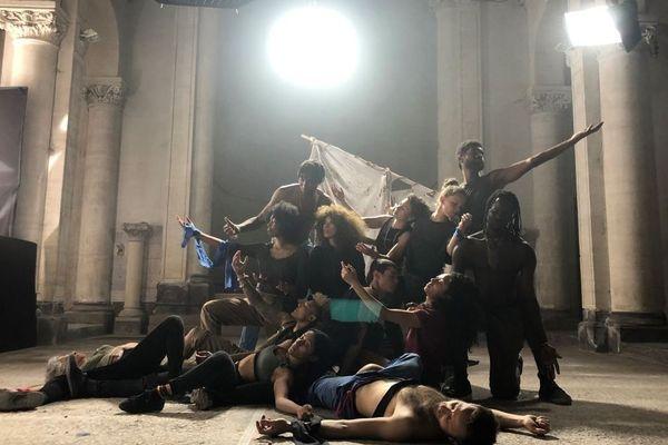 """Un Radeau de la Méduse moderne, c'est l'une des images fortes du clip """"Cidade perdida"""" de Flavia Coelho, réalisé par deux Clermontois."""