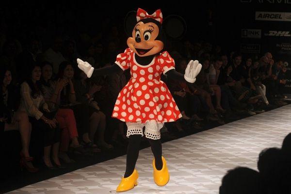 Minnie Mouse lors d'un défilé avec sa robe rouge à pois blancs traditionnels, lors d'un show à Mumbai (Inde), à l'été 2012.