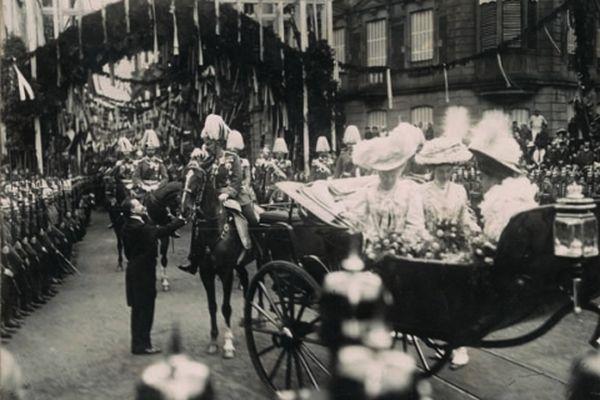 L'empereur est accueilli par la maire Rudolf Schwander à l'entrée du pont Kuss, le 28 août 1908.