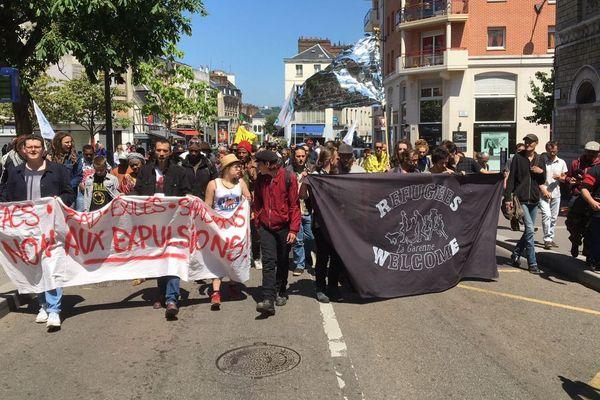 Le défilé en route vers l'immeuble qui sera envahi et squatté