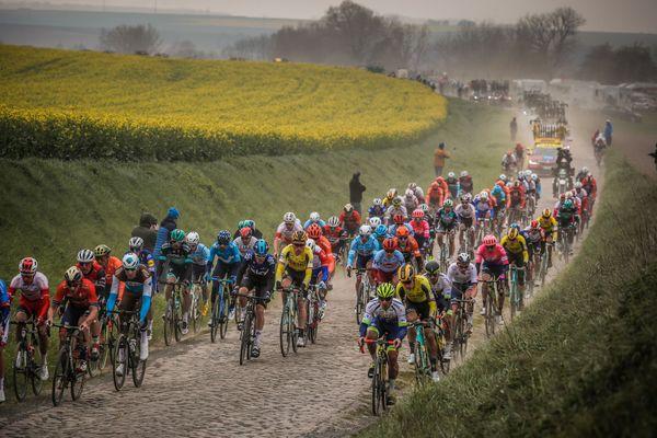 Les coureurs lors de la 117e édition de Paris-Roubaix, le 14 avril 2019.