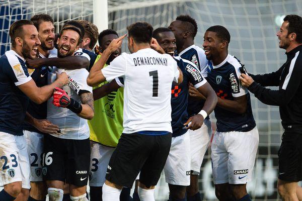 L'équipe du Paris FC, victorieux sur le FC Lens, à l'issue du deuxième tour de la coupe de la Ligue, le 23 août 2016.