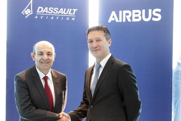 Eric Trappier, PDG de Dassault Aviation et Dirk Hoke, directeur général d'Airbus Defence & Space (à droite), ont annoncé leur accord mercredi 25 avril à Berlin.