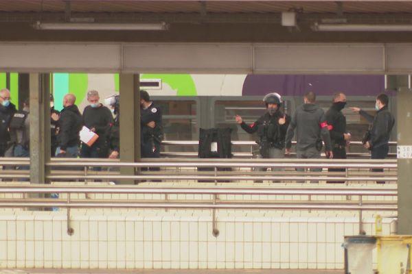 Le préfet à la sécurité Thierry Suquet a rejoint les effectifs de police sur place, parmi lesquels le Raid