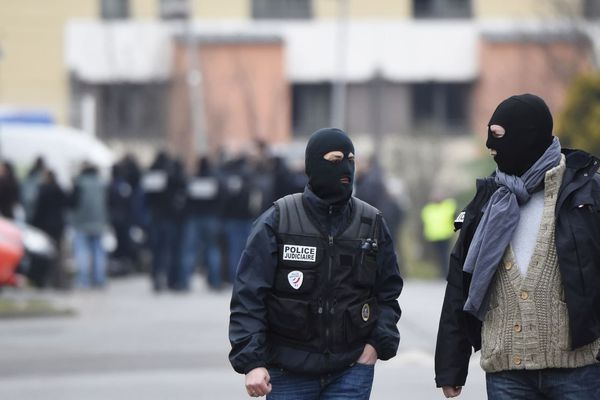 Des policiers aux abords du périmètre de sécurité déployé, le 20 mars 2016, lors d'une reconstitution du meurtre d'Aurélie Chatelain.