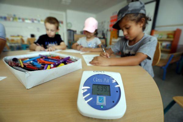 Des capteurs de CO2 et des purificateurs d'air ont été installés dans plusieurs écoles de la région parisienne