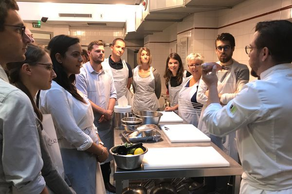 Un cours de cuisine à L'Atelier des chefs.