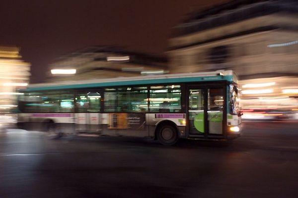 Un chauffeur de bus est accusé d'avoir refusé l'entrée à une passagère à cause de sa jupe. (Photo d'illustration)