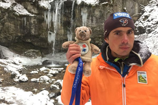 Franck Derrien et son ours Teddy devant la cascade de la Fauge, dans le Vercors.