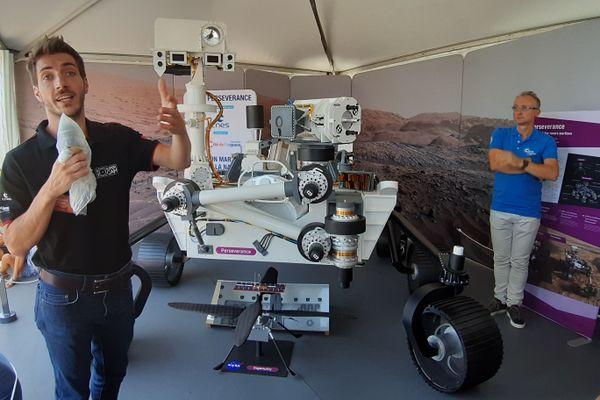 Un animateur de la Cité de l'Espace devant la maquette du rover Perseverance