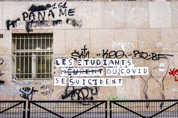Un collage sur le mur d'une université parisienne.