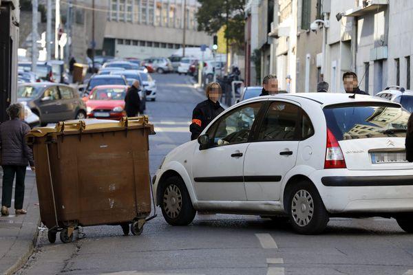 Les occupants de cette Clio était visée par les tirs.