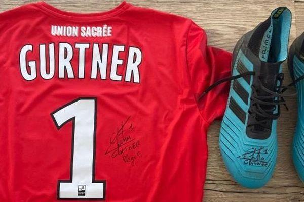 Le gardien de l'Amiens SC, Régis Gurtner offre notamment des maillots dédicacés et des crampons aux donateurs qui seront tirés au sort
