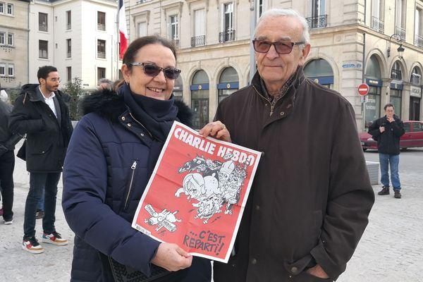 Dominique Bertin s'est rendue au rassemblement avec un numéro de Charlie Hebdo.