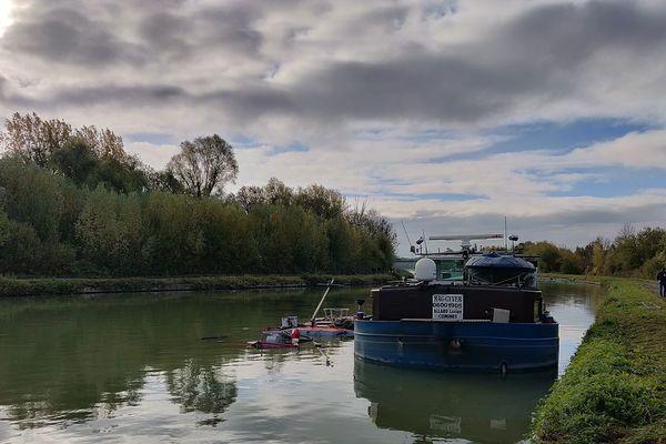 Les deux embarcations sont entrées en collision à hauteur de Pont-les-Brie, au sud de la commune d'Éterpigny (Somme).