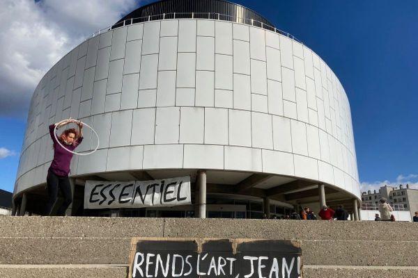 Plusieurs dizaines de personnes ont occupé la maison de la culture de Grenoble, la MC2, mardi 16 mars 2021.