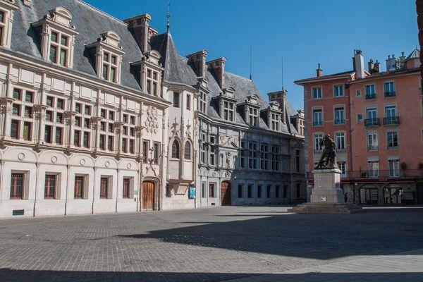 La place Saint-André, devant l'ancien parlement du Dauphiné, vidée de ses terrasses.