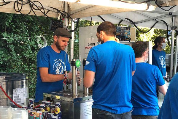 On les reconnaît à leur t-shirt bleus. 250 bénévoles font tourner le festival Au fil du son cette année.