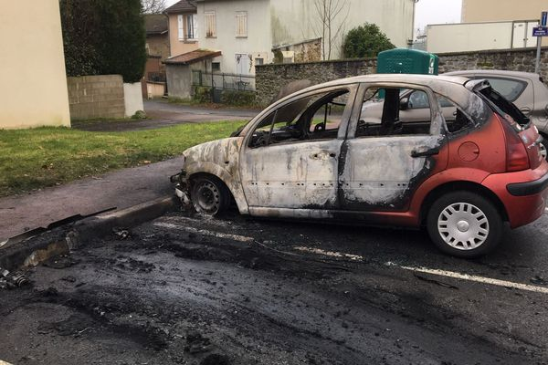Plusieurs voitures ont pris feu rue de Corgnac, à Limoges.