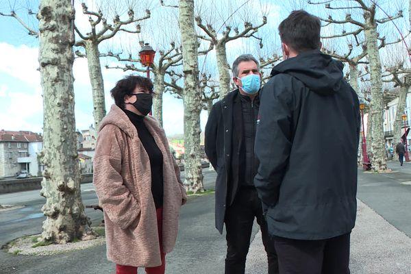 Le maire de Saint-Girons (au centre) a décidé de suspendre le marche de la ville suite à des débordements