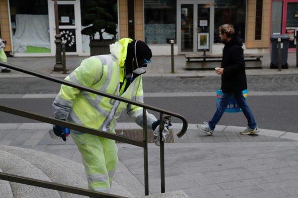 Des employés de la Ville de Suresnes (Hauts-de-Seine) désinfectent le mobilier urbain contre la propagation du Covid-19, ce mercredi 18 mars (illustration).