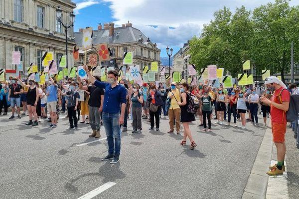 Ils s'étaient données rendez-vous dès 14 heures ce dimanche 9 mai, place de Verdun à Grenoble