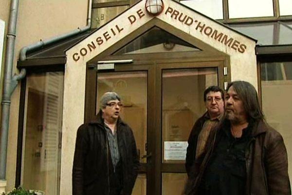 Les ex-salariés d'Exide Technologies devant le tribunal des pud'hommes d'Auxerre ce Mardi matin 3 février (à d. René Tardieu, représentant syndical CGT)