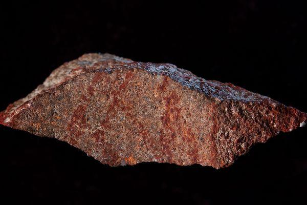 Le croisillon esquissé sur cette pierre constituerait le plus ancien dessin de l'histoire de l'humanité mis au jour jusqu'à présent. Il daterait de 73 000 ans.