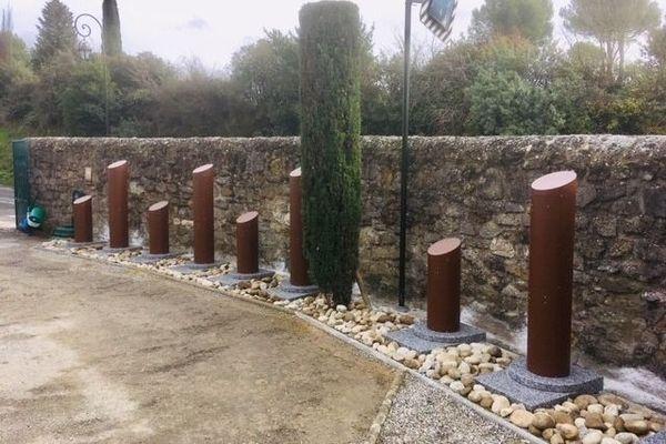 Cippes installés dans un cimetière de Carcassonne (Aude).
