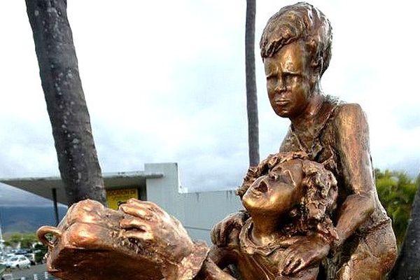 Stèle dédiée aux enfants réunionnais exilés de force en métropole devant l'aéroport Roland Garros à Sainte Marie de la Réunion