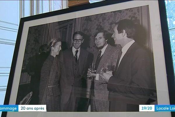 Roanne se souvient de Claude Erignac et lui rend hommage, 20 ans après son assassinat en Corse. Sur la photo, le haut-fonctionnaire est en présence de son épouse, du maire de l'époque Jean Auroux et de son premier adjoint
