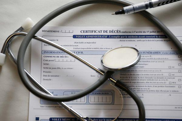Dans certaines zones géographiques, il y a pénurie de médecins. Les praticiens se déplacent si le défunt est l'un de leurs patients. Si ce dernier n'a pas de docteur attitré, cela peut poser problème. / Illustration.