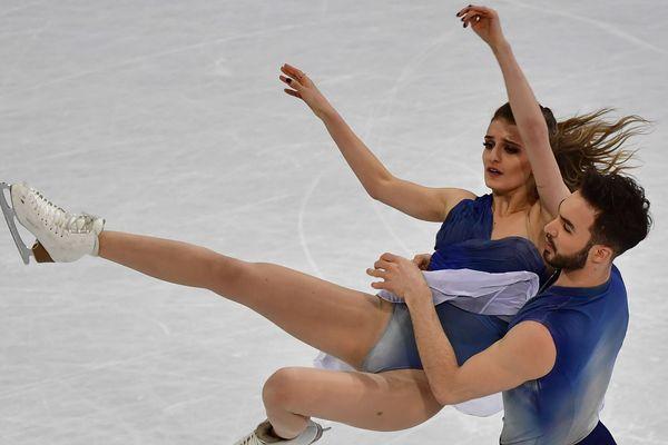 Gabriella Papadakis et Guillaume Cizeron terminent à la deuxième place des Mondiaux 2017 de danse sur glace le 1er avril à Helsinki.