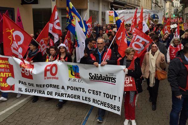 Près de 3000 personnes ont défilé mardi 17 décembre 2019 dans les rues de Nevers contre la réforme des retraites.