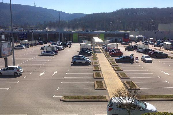 Peu de voitures sur le parking d'ordinaire bondé d'une grande surface à Besançon.