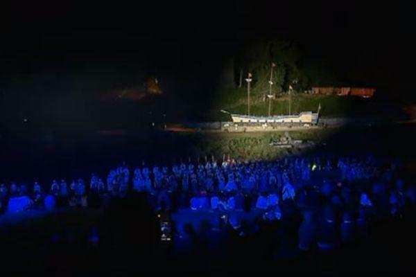 """""""Cap sur la liberté"""" c'est le nouveau spectacle proposé par 500 bénévoles devant les tours de Bridiers à La Souterraine."""