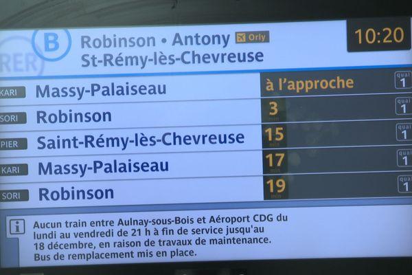 Un écran d'information à la gare de Denfert-Rochereau, sur la ligne B du RER.