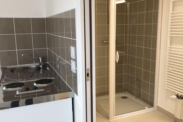 Cuisine et salle de bain du studio de la maison Europe. Les maisons possèdent toutes au moins deux salles de bain.