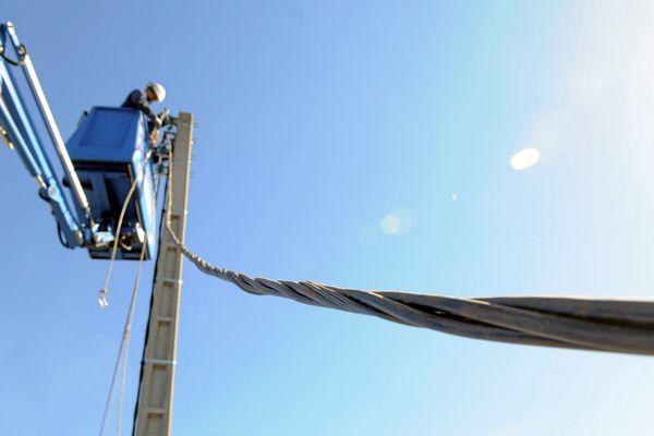 Un agent ERDF répare une ligne électrique dans le sud de la France en octobre 2013